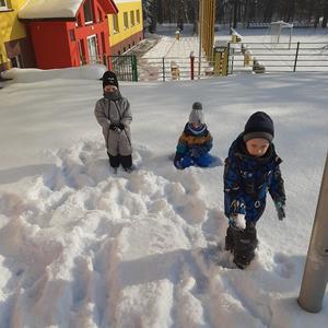Dzieci lepią śnieżne kule