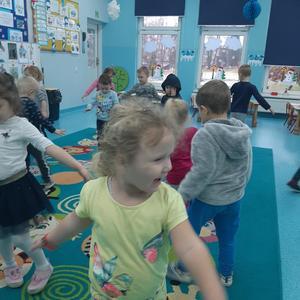 Dzieci z grupy Krasnale w trakcie zabawy ruchowo - naśladowczej
