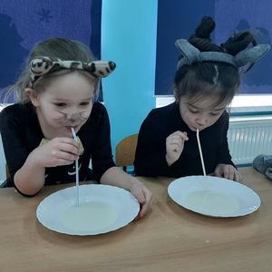 Dzieci z grupy Krasnale podczas pica mleka.jpg