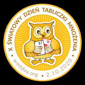 Na białym tle żółte logo X Światowego Dnia Tabliczki Mnożenia - sowa trzyma karty z mnożeniem