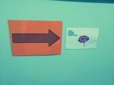 Strzałka przedstawiająca kierunek wędrówki, by wesprzeć akcję Zamiast kwiatka niosę pomoc.jpg