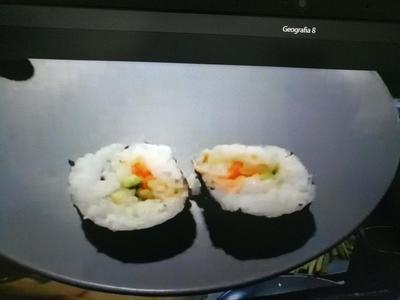 Dwa kawałki sushi na talerzu