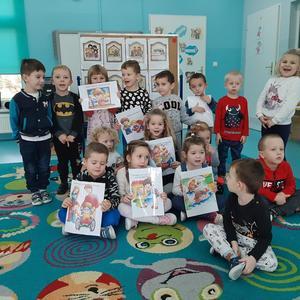 Dzieci z grupy Krasnale z obrazkowymi kartami graficznymi