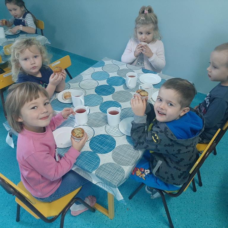 Dzieci z grupy Krasnale podczas spożywania słodkich babeczek