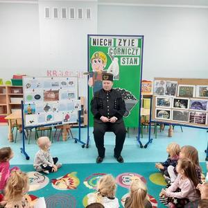 Górnik opowiada przedszkolakom o trudnej i niebezpiecznej pracy w polskich kopalniach