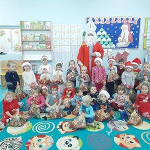 Dzieci z grupy Krasnale z Mikołajem
