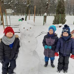 Śnieżny miś z przedszkolakami
