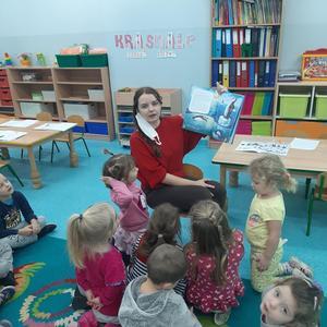"""Zapoznanie z książką """"To ja Pingwin"""" przez panią Olgę"""