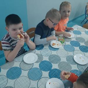 Dzieci z grupy Biedronki zjadają kawałki pizzy.jpg