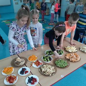 Dzieci z grupy Biedronki wykonują owocowe szaszłyki.jpg